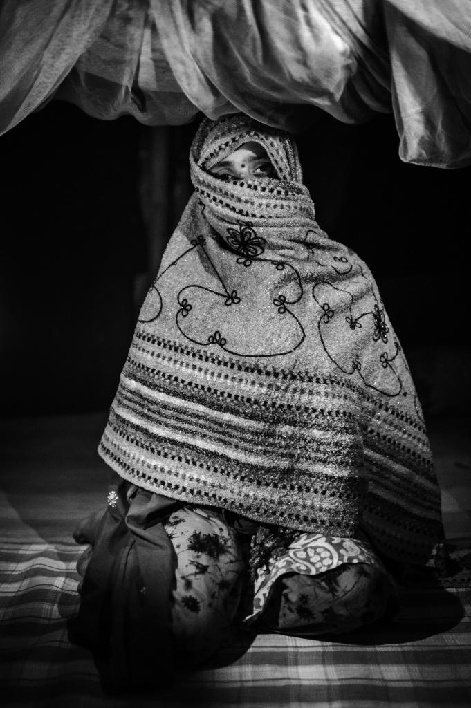 Bangladesh, Rajshahi. Janeiro de 2013 - Alma tem treze anos e trabalhou como profissional do sexo pelos últimos dois anos. Ela atende de quatro a cinco clientes por dia, e ganha aproximadamente 1000 Taka por dia. Alma saiu da escola quando estava na oitava série.